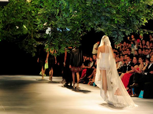 Người mẫu Minh Tú diện váy cưới lộ phần nhạy cảm 4