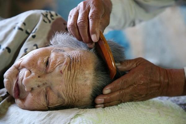 Tình yêu của người con trai 70 tuổi dành cho mẹ bại liệt 3