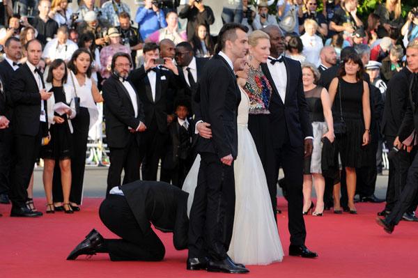 Nhà báo gây sốc khi chui vào váy ngôi sao 'Cô gái xấu xí' 3