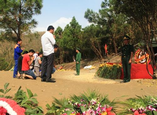Dân Quảng Bình về thắp hương trên mộ tướng Giáp 6