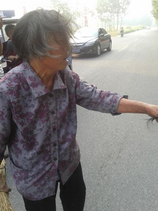 Phẫn nộ thiếu nữ 16 tuổi hành hung bà nội 70 tuổi ngay giữa đường 2