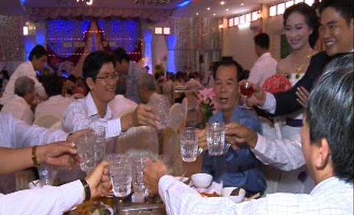 Con trai Bí thư Tỉnh ủy đám cưới không bia rượu 2