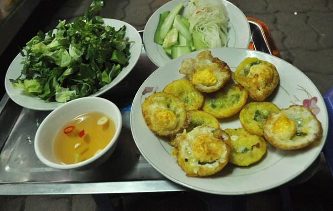 Bánh căn, chè chuối nướng ngon lạ ở vỉa hè Nguyễn Như Đổ 2
