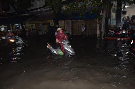 TPHCM bị ngập khủng khiếp sau trận mưa và triều cường 3