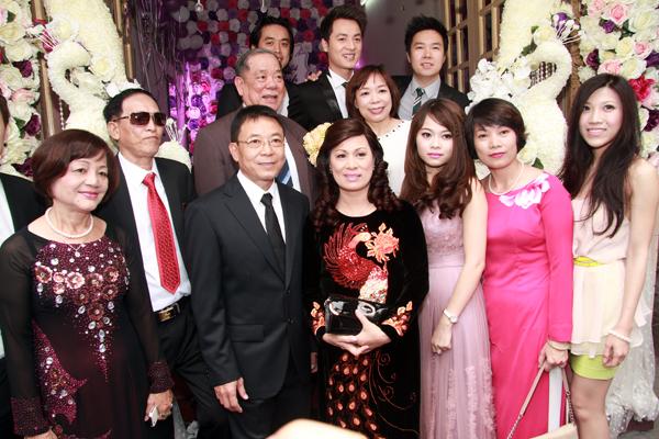 Vợ Đăng Khôi bất ngờ hôn má chồng trong đám cưới 5