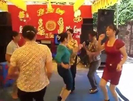 Gần chục chị em U50 nhảy nhạc sàn bốc lửa trong đám cưới quê 6