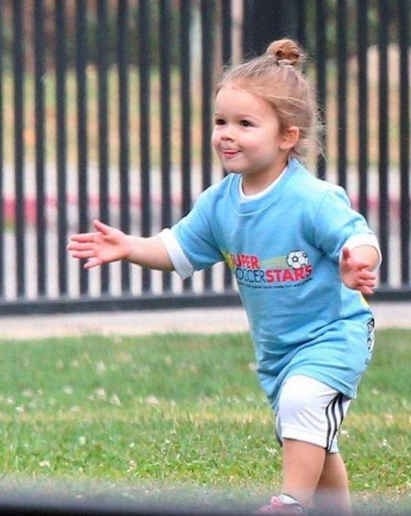 """Công chúa nhà Beckham diện """"quần đùi, áo phông"""" đá bóng như bố 1"""