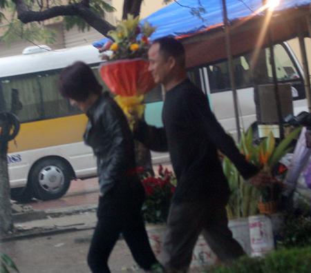 Đội mưa, vượt lũ, mua hoa cho người thương 10