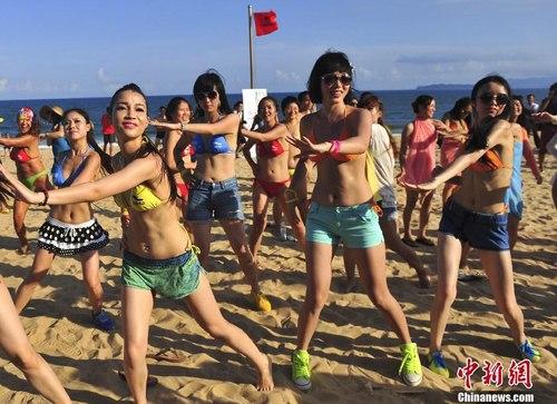 Ngắm rừng người đẹp nhảy múa bên bãi biển 2