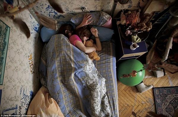"""Chùm ảnh """"cực thật"""" về tư thế ngủ của các gia đình đang có bà bầu 5"""