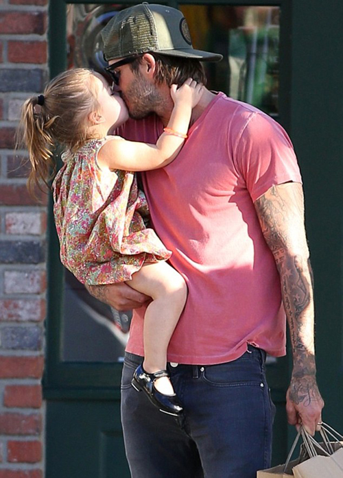 """Sốt ảnh Beckham """"khóa môi"""" con gái cưng giữa phố 4"""
