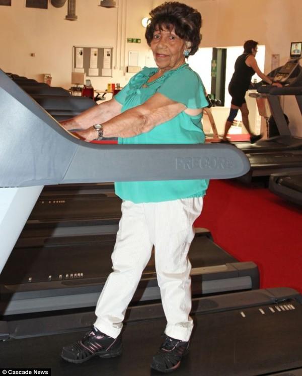 Choáng với cụ bà 101 tuổi vẫn tập gym đều đặn như thanh niên 2