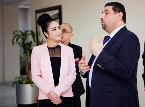 Lý Nhã Kỳ thanh lịch khi làm việc với nhiều trường đại học ở Dubai 4