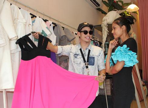 Trương Thị May chọn trang phục đến Miss Universe 7