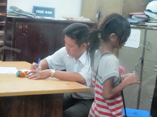 Hai thiếu nữ 18 tuổi chăn dắt trẻ em ăn xin 9