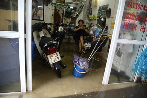 Đường phố Hà Nội ngập nước do bão số 5 4