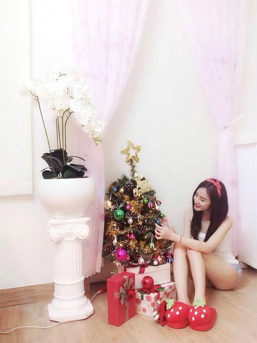 Angela Phương Trinh nhí nhảnh bên cây thông Noel 2