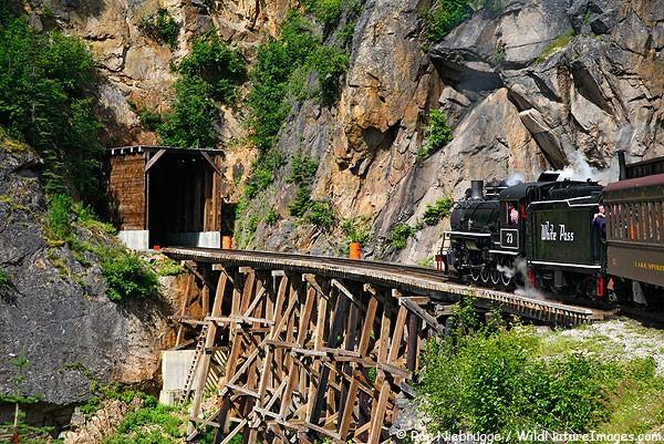 """Các tuyến đường sắt đẹp """"hiểm trở đến thót tim"""" trên thế giới 19"""
