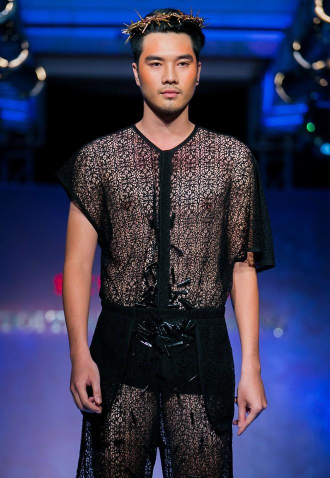 Phát hoảng với mẫu nam mặc váy ren xuyên thấu lộ nội y phản cảm 5