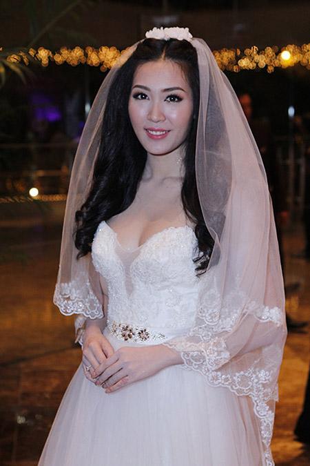 Cô dâu Thuỳ Trang lấp ló ngực đầy 6