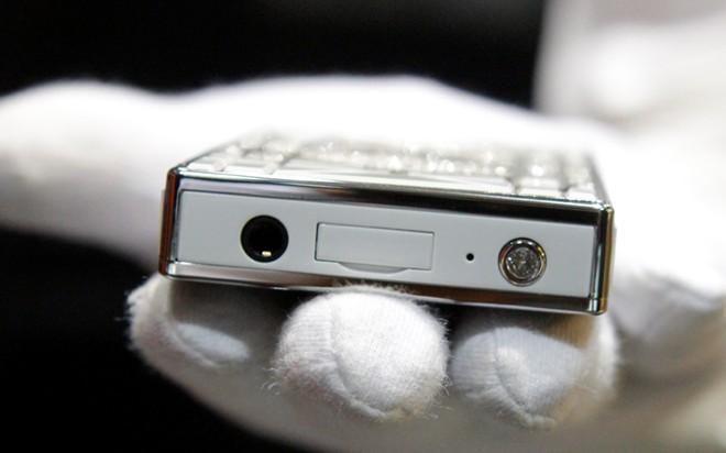 Cận cảnh điện thoại dát kim cương giá hơn 3 tỷ đồng tại Hà Nội 4