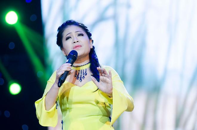 Bà xã ân cần chăm sóc Trọng Tấn ở hậu trường sân khấu 8