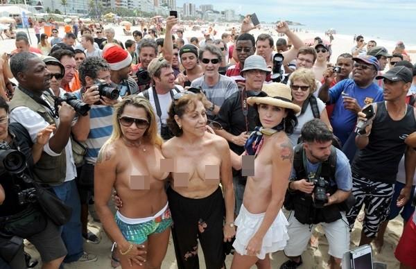 """Biểu tình """"thả rông"""" vòng 1 phản đối luật cấm ngực trần 6"""