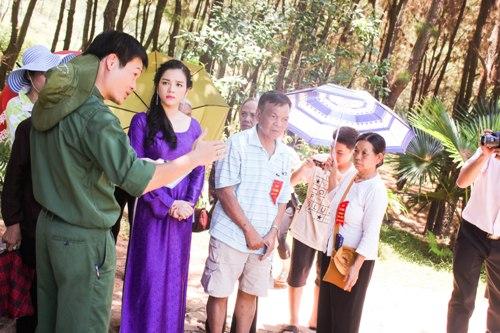 Lý Nhã Kỳ rưng rưng trước mộ các nữ chiến sĩ Ngã ba Đồng Lộc 4