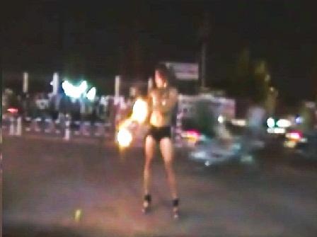 Múa lửa sexy giữa phố mưu sinh 3