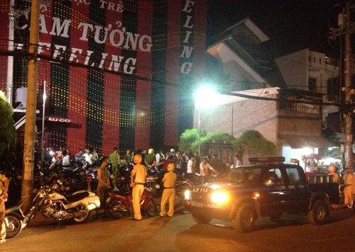 Hàng trăm dân chơi hỗn loạn khi cảnh sát ập vào quán bar 1