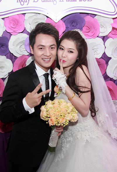 Vợ Đăng Khôi bất ngờ hôn má chồng trong đám cưới 23