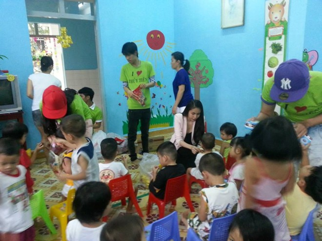 Thủy Tiên cùng fan tới thăm em bé bị bố bạo hành 10