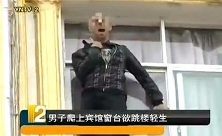 Đám đông khuyến khích người đàn ông nhảy lầu tự tử 1