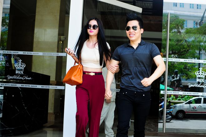 Vợ Phan Thanh Bình khoác tay thân mật 'ông bầu' Ngọc Trinh 1