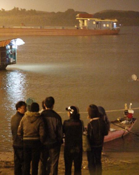 Bệnh viện Bạch Mai thuê 20 thợ lặn mò tìm thi thể chị Huyền 3
