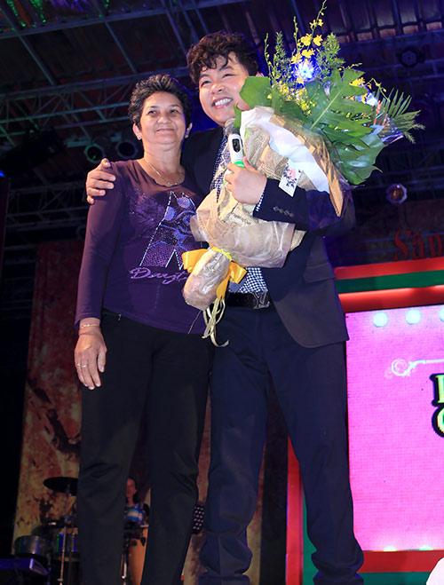 Quang Lê tặng fan nữ một nụ hôn ngọt ngào trên sân khấu 5