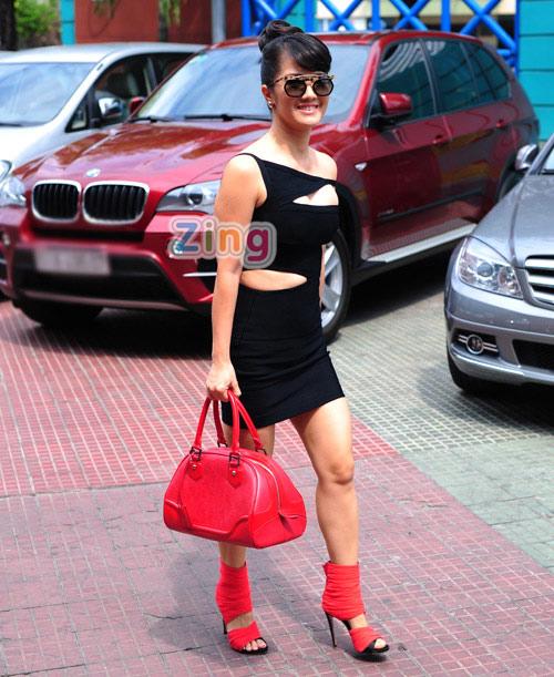 Hồng Nhung mặc táo bạo đi chấm The Voice 1