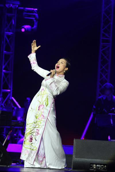Hồng Nhung mặc váy đụp, hát như nhập đồng 8