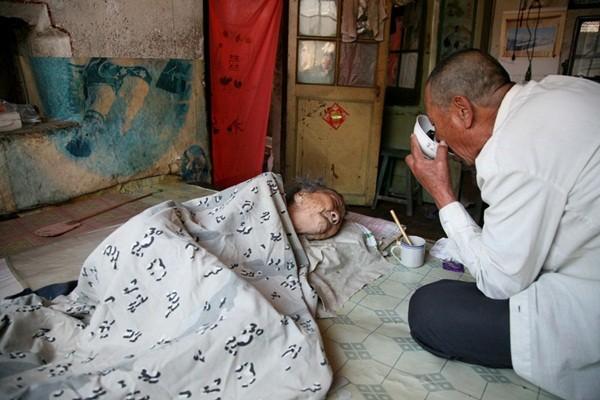 Tình yêu của người con trai 70 tuổi dành cho mẹ bại liệt 4