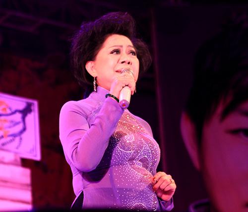 Quang Lê tặng fan nữ một nụ hôn ngọt ngào trên sân khấu 13