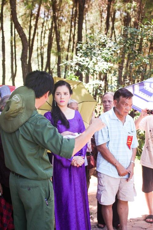 Lý Nhã Kỳ rưng rưng trước mộ các nữ chiến sĩ Ngã ba Đồng Lộc 5