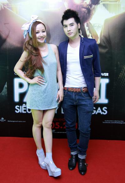 Vợ MC Anh Tuấn bất ngờ xuất hiện ở buổi ra mắt phim 4