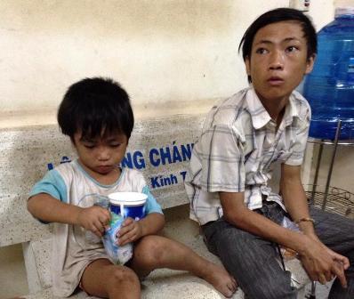 Tìm thấy cháu bé 3 tuổi bị ép đi ăn xin, bạo hành 4