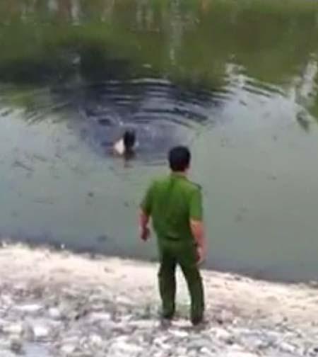 Tận mắt nhìn tên trộm bơi trong nước bẩn sông Tô Lịch 1