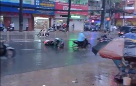 Hoảng hốt với clip té xe hàng loạt trên đường phố Sài Gòn 2