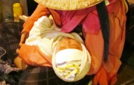 """""""Giải cứu"""" cháu bé 8 tháng tuổi bị mẹ ruột đưa đi xin tiền suốt đêm 2"""