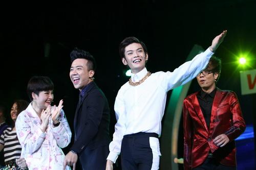 Cao Thái Sơn khiến khán giả 'nổi da gà' khi chụm đầu ôm eo 'bạn trai' trên sân khấu 8