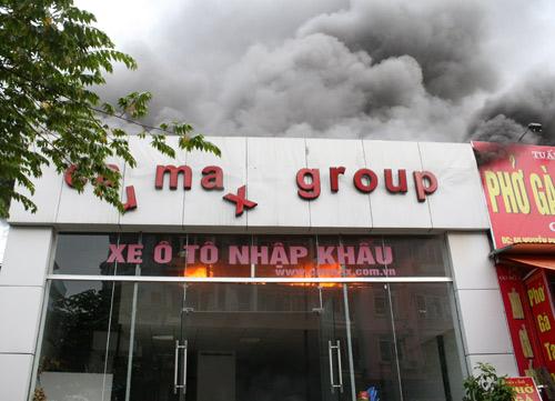 Cả phố náo loạn vì cháy showroom ôtô 1