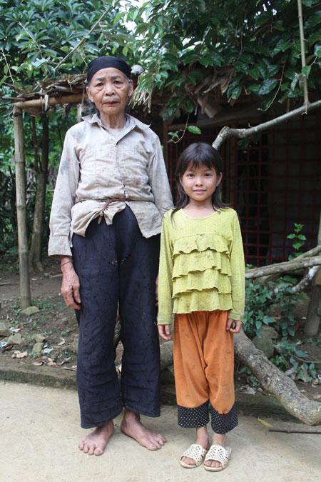 Rớt nước mắt với cô bé mồ côi sống cực nhọc bên bìa rừng 1