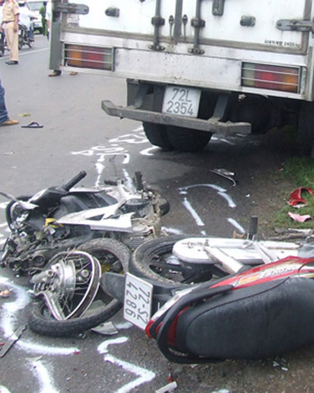 Xe đông lạnh tông 2 xe máy, 6 người chết 1